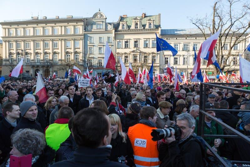 Cracovia, plaza principal - la demostración del comité de la defensa de la democracia contra la rotura de la ley con el gobierno fotos de archivo