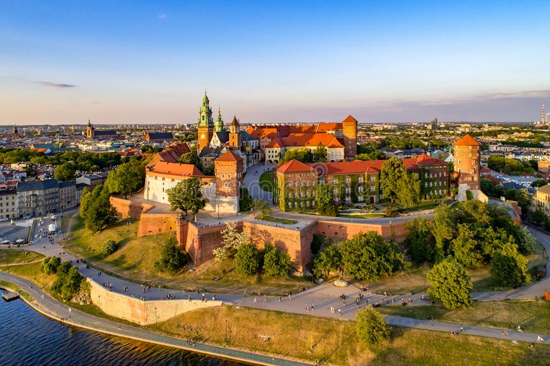cracovia poland Vecchio orizzonte della città con la cattedrale e il castl di Wawel fotografia stock libera da diritti