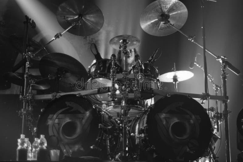 15-11-2017 Cracovia Polonia, giocatore del tamburo di Epica esegue in scena fotografia stock libera da diritti