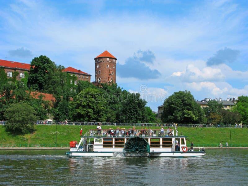 Cracovie, château de Wawel, le fleuve Vistule, les gens sur le vapeur de palette photos stock