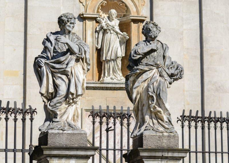 cracovie Dans la partie plus inférieure de la façade de la cathédrale des saints Peter et Paul il y a 4 statues des jésuites les  images libres de droits