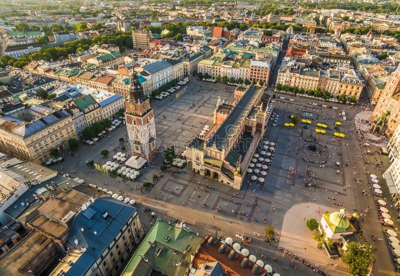 Cracovie - place principale avec le tissu Hall Paysage de la vieille ville de la vue d'oeil du ` s d'oiseau photographie stock