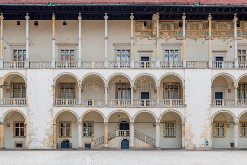 Cracovie, Pologne - 13 août 2017 : les beaux murs avec des colonnes du palais dans Wawel se retranchent images libres de droits
