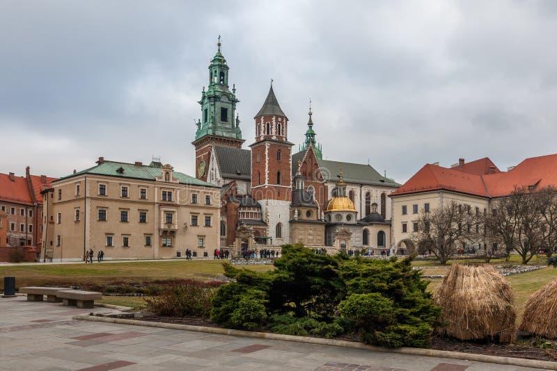 CRACOVIE, POLOGNE - DEC 29, 2016 : la cour intérieure du château royal de Wawel, la cathédrale de Wawel de St Stanislaus et Vacla photos stock