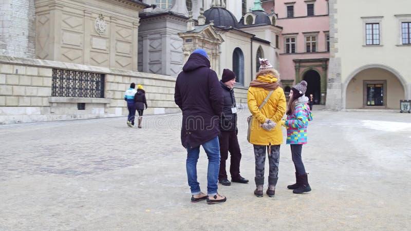 CRACOVIE, POLOGNE - JANVIER, 14, 2017 a guidé la visite de groupe de famille au château de Wawel Point de repère local et tourist photo stock