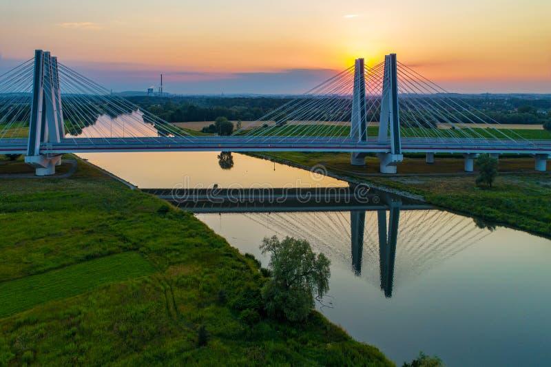 Cracovie, Pologne Le double câble-est resté le pont au-dessus du riv de la Vistule photo stock