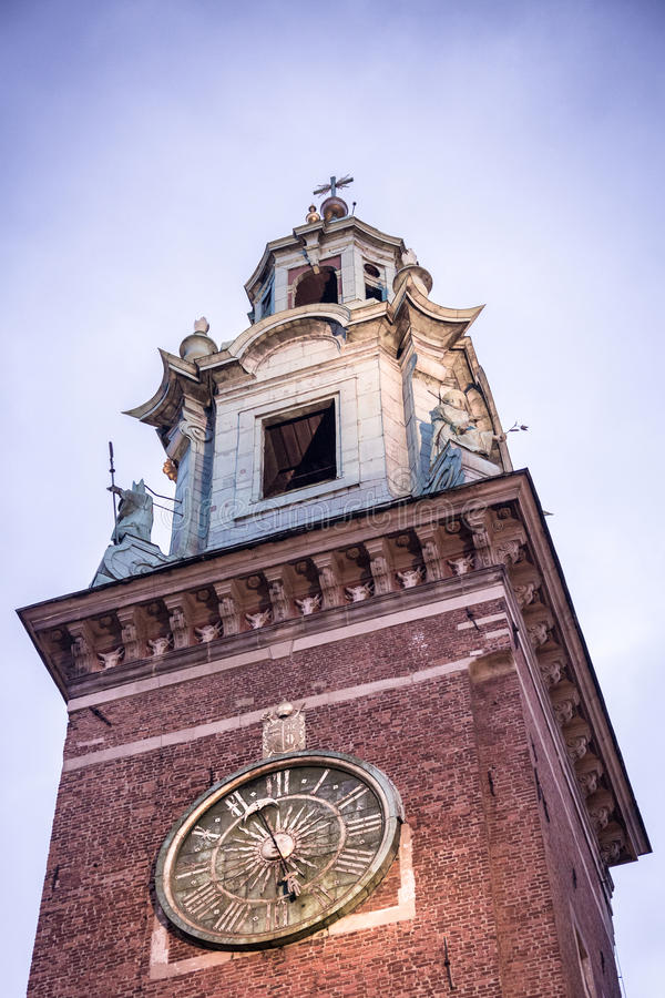 Cracovie, Pologne - 19 octobre La tour d'horloge de la chaise de Wawel photos stock