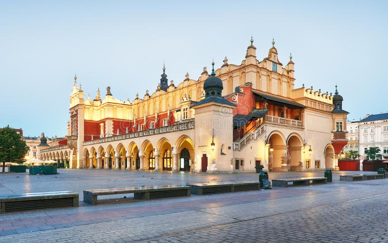 Cracovie - Sukiennice buidning avec hôtel de ville à l'arrière-plan image libre de droits