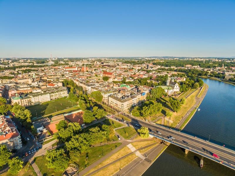Cracow - Kazimierz da opinião do olho do ` s do pássaro Paisagem da cidade com a ponte de Vistula River e de Grunwaldzki fotografia de stock