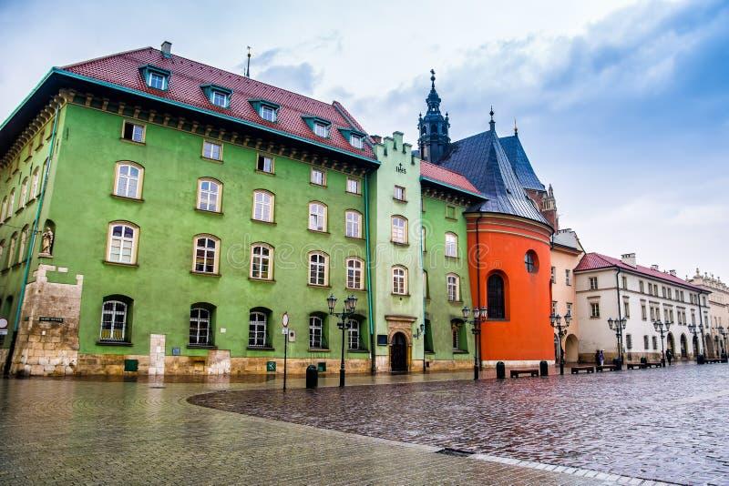 Cracow Krakow, Polen - April 12, 2016 Den regniga dagen i den gamla staden Krakow Krakow - Polen historisk mitt, en stad med forn royaltyfria foton