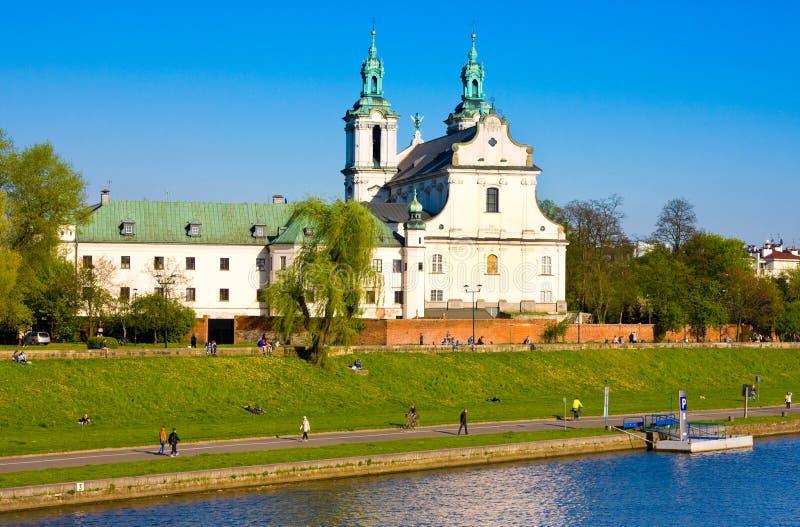 CRACOW, POLÔNIA - 22 DE ABRIL DE 2016: Vistula River e St Stanislaus Church, Cracow, Polônia imagem de stock