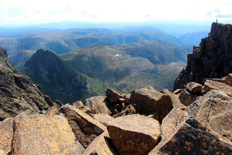 Cradlel山峰顶的孤立远足者  免版税图库摄影