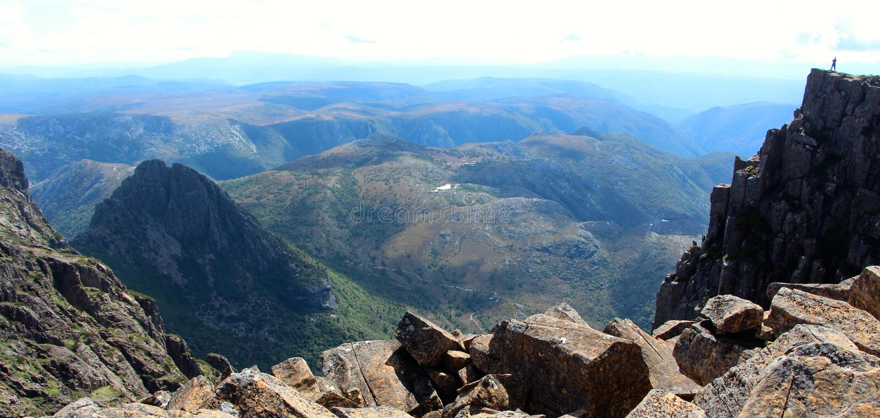 Cradlel山峰顶的孤立远足者  库存图片
