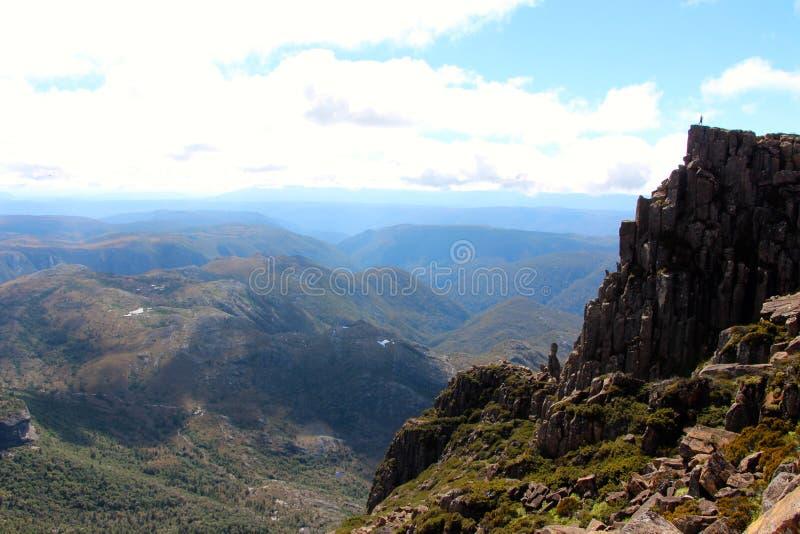 Cradlel山峰顶的孤立远足者  免版税库存图片