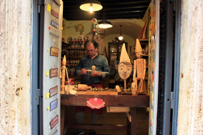 Crafman que faz o pinocchio Roma, Itália fotografia de stock