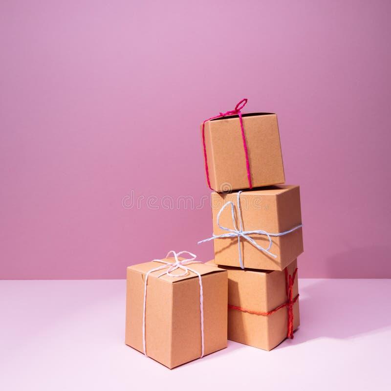 Craft caixas de presente do cartão no fundo cor-de-rosa contínuo feriado imagens de stock royalty free