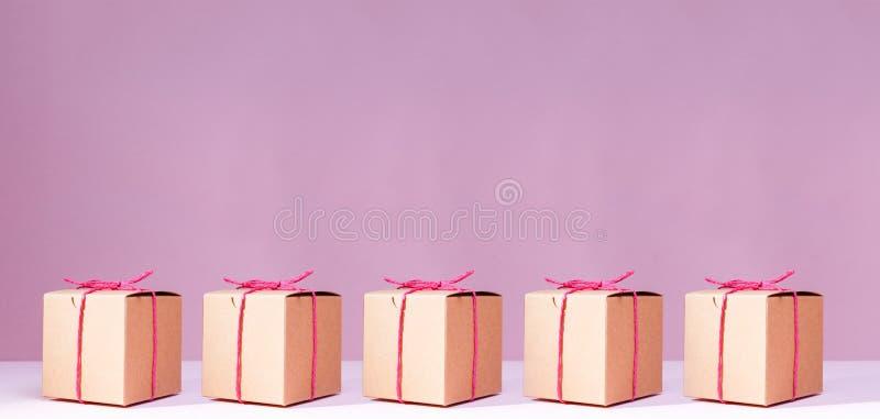 Craft caixas de presente do cartão no fundo cor-de-rosa contínuo feriado fotografia de stock royalty free