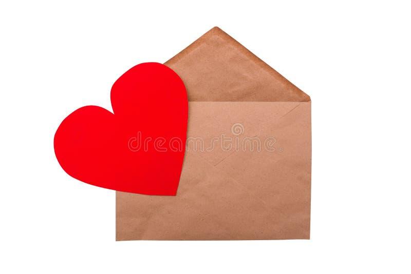 Craft-kuvert med rött hjärta isolerat på en vit bakgrund Alla hjärtans dagskoncept Romantiskt semesterkort royaltyfri foto