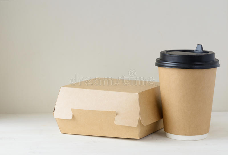 Craft o copo de café e a caixa de papel do alimento na tabela imagem de stock royalty free