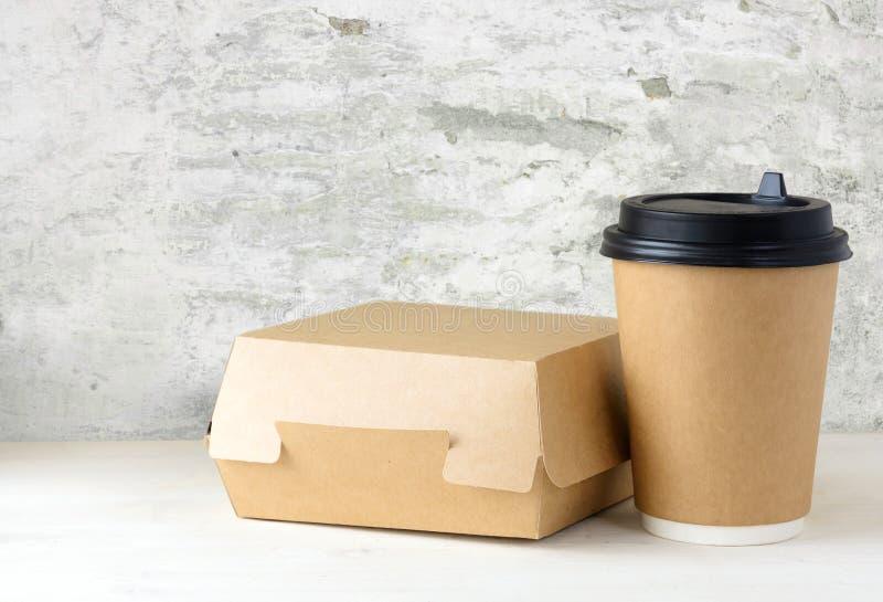 Craft o copo de café e a caixa de papel do alimento na tabela fotografia de stock royalty free