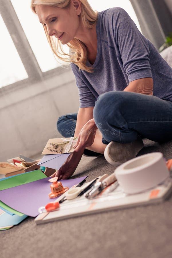crafting de papel de sorriso da mulher loura foto de stock