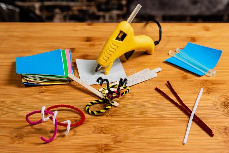 Crafting e Scrapbooking pelo abrandamento, a educação e o tempo da família foto de stock