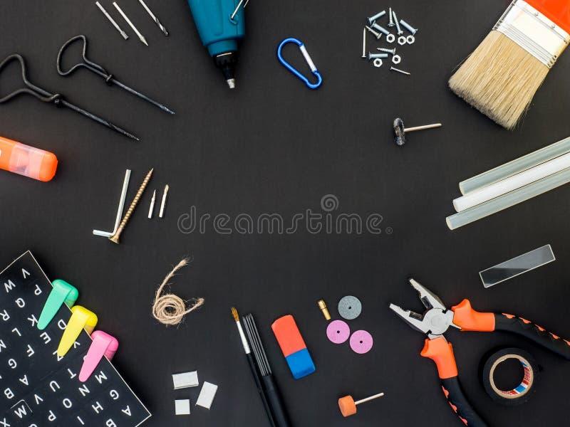 Crafting Tools op Blackboard met lege ruimte in het midden royalty-vrije stock afbeeldingen