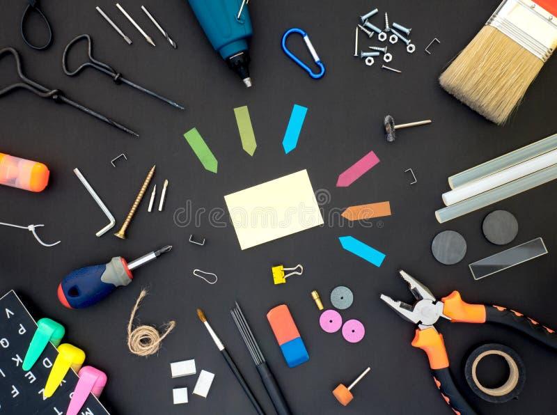 Crafting Tools op Blackboard met lege ruimte in het midden stock fotografie