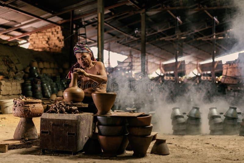 Craftmen danandekrukmakeri, skulptör från våt lera på hjulet fotografering för bildbyråer