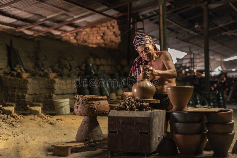 Craftmen faisant la poterie, sculpteur d'argile humide sur la roue image stock
