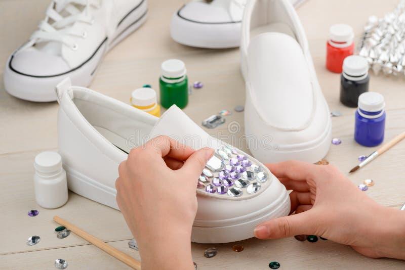 Craftswoman που βάζει rhinestones στα παπούτσια στοκ εικόνες με δικαίωμα ελεύθερης χρήσης