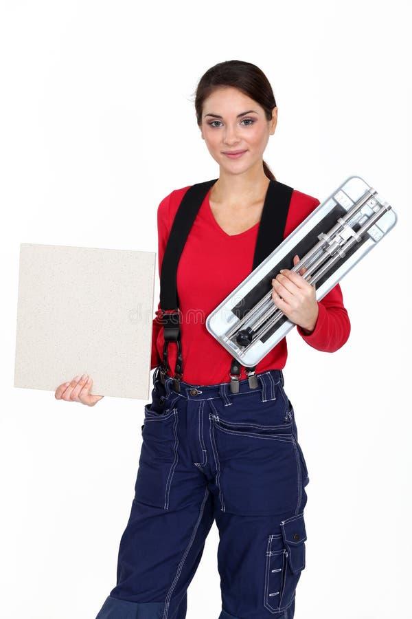 Craftswoman που κρατά ένα κεραμίδι στοκ φωτογραφία με δικαίωμα ελεύθερης χρήσης