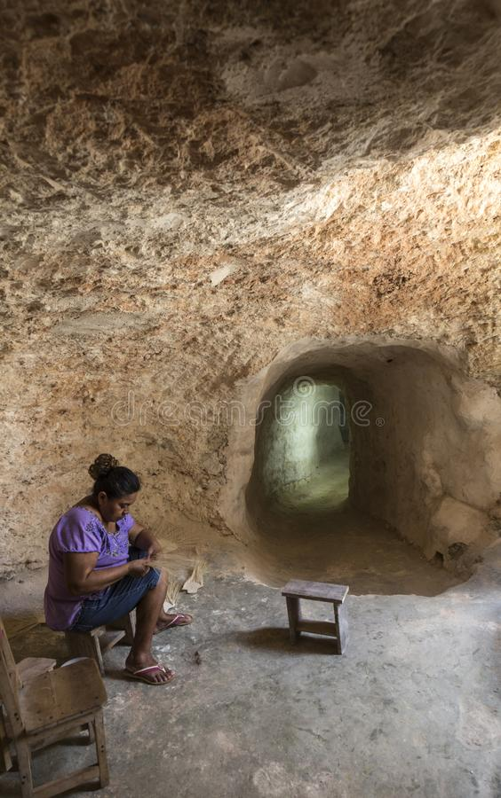 Craftswoman που λειτουργεί στις σπηλιές στο Μεξικό στοκ εικόνα με δικαίωμα ελεύθερης χρήσης