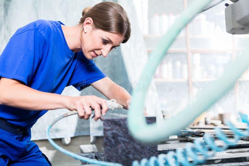 Craftswoman στο εργοστάσιο λιθοδόμων που λειτουργεί στην ταφόπετρα στοκ εικόνες