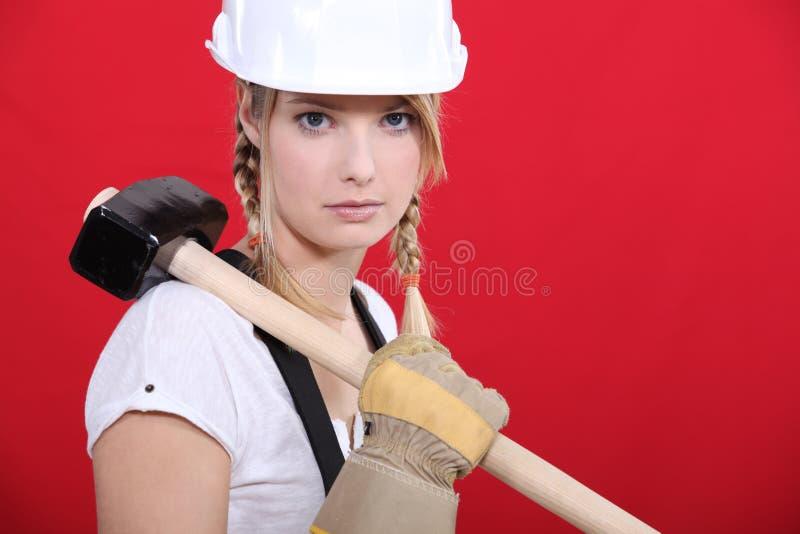 Craftswoman che tiene un martello enorme fotografie stock libere da diritti