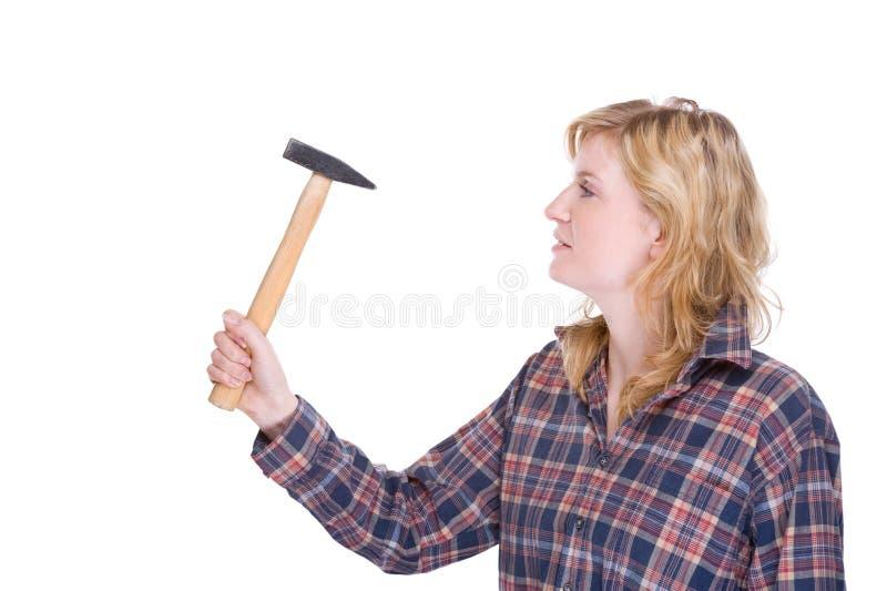 Craftswoman con il martello fotografia stock