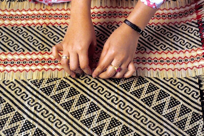 Craftswoman di bambù di tessitura fotografia stock libera da diritti