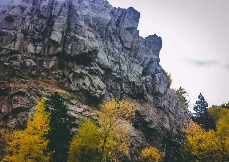 Craggy klippa utanför stenblocket Colorado arkivbilder