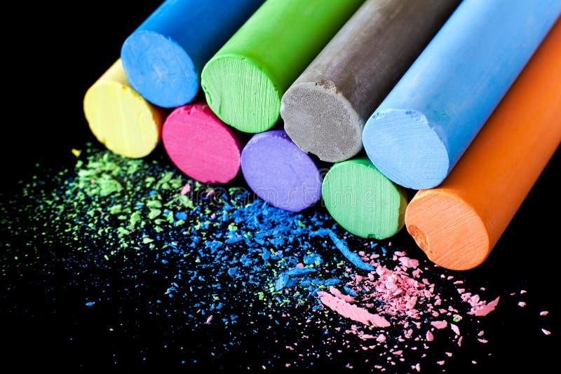 Download Craie Colorée Sur Un Fond Noir Image stock - Image du chacun, groupe: 77155773