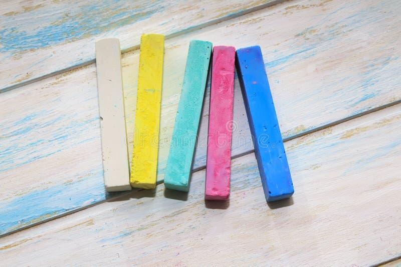 Craie color?e pour dessiner sur un fond en bois blanc images libres de droits