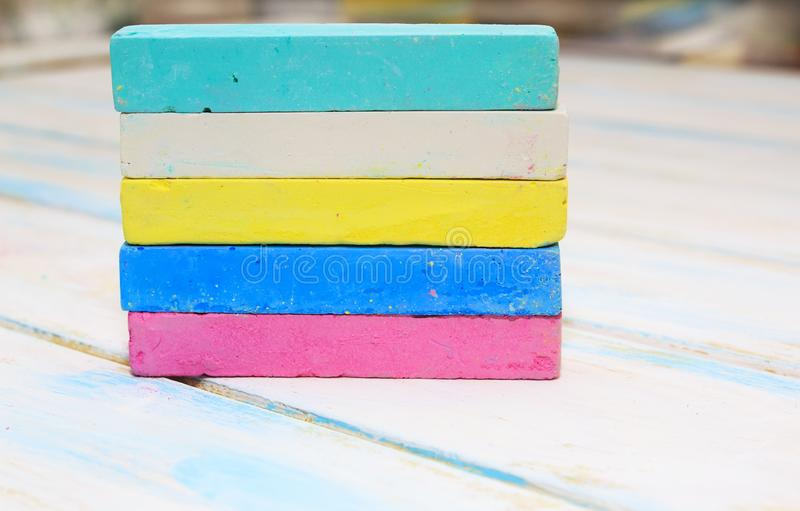 Craie color?e pour dessiner sur un fond en bois blanc photographie stock