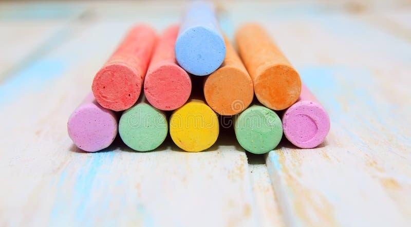 Craie color?e pour dessiner sur un fond en bois blanc image stock