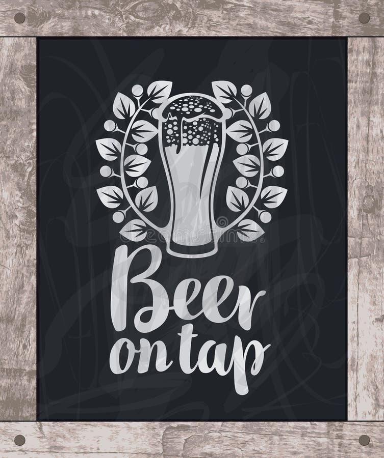 Craie de dessin en verre de bière à bord dans le cadre en bois illustration stock