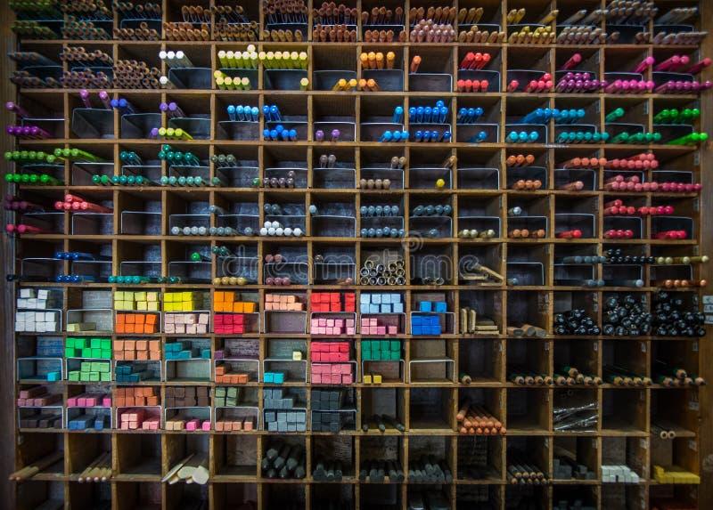 Craie en pastel une étagère de crayons images libres de droits
