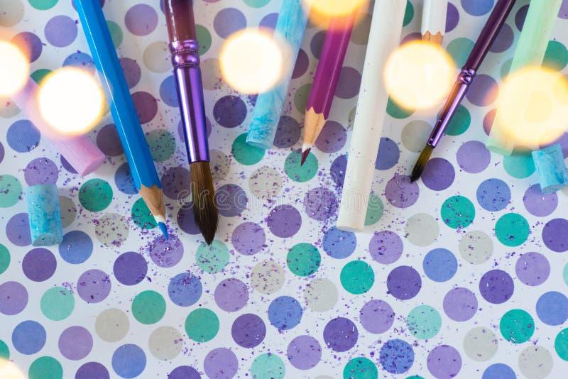 Craie et pancil colorés sur le fond en pastel photos stock