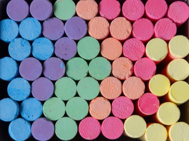Craie multicolore pour le tableau noir pour le fond photos libres de droits