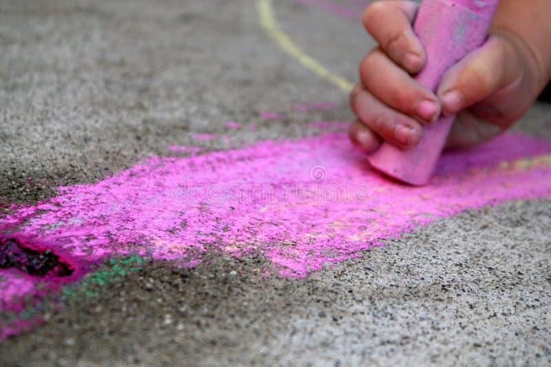 Craie rose de trottoir photo libre de droits
