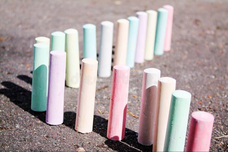 Craies pour le support de peinture sur l'asphalte photographie stock libre de droits