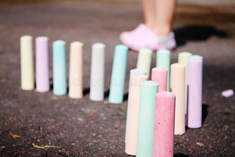Craies pour le support de peinture sur l'asphalte photos libres de droits