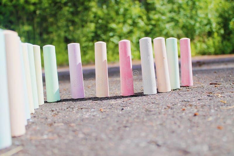 Craies pour le support de peinture sur l'asphalte image libre de droits